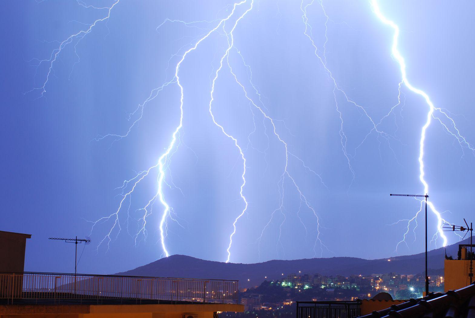 http://www.meteokav.gr/photos/tn_storm5_20june2010.JPG